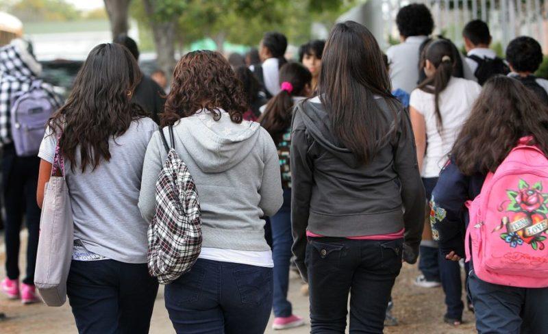 Terminan con el escaneo de alumnos antes de entrar a las escuelas y con prejuicios sobre su vestimenta