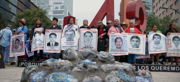 Padres de los 43 normalistas ya entraron al cuartel de Iguala y sólo falta que militares les respondan preguntas