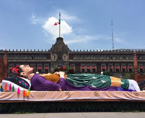 Los colores de Frida Kahlo, en el Zócalo de la Ciudad de México, con motivo del 112 aniversario de su natalicio