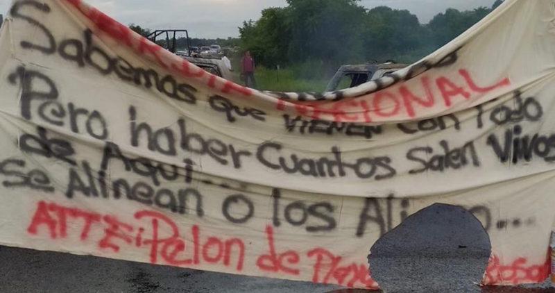 """Cártel reta a la Guardia Nacional en tierra de AMLO: """"A ver cuántos salen vivos""""; bloquean con autos en llamas"""