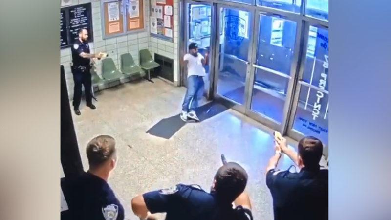"""Video: Un hombre armado con cuchillo entra en una comisaría y pide """"que le disparen"""""""