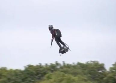 Videos: Francés cruzará el Canal de la Mancha sobre tabla voladora