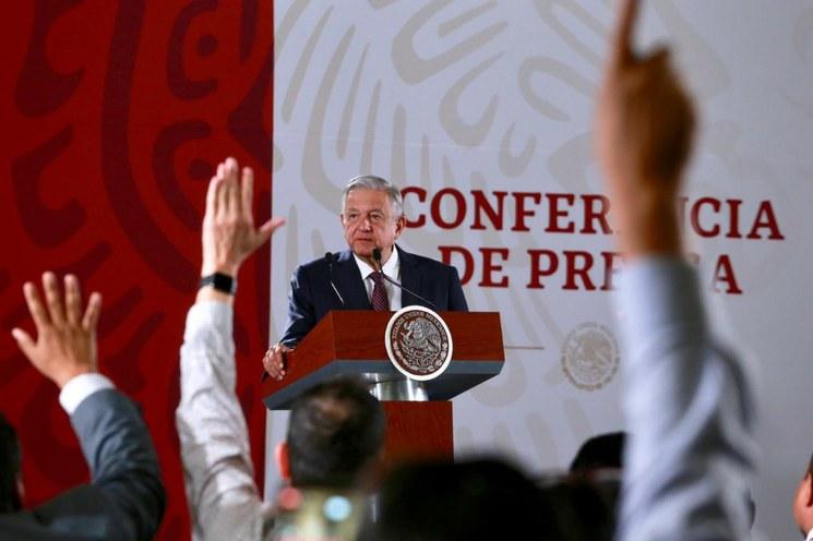 Revela AMLO que un ex presidente adeuda impuestos.; no hay pruebas o denuncias sobre ex mandatarios relacionados con  la red de sobornos Odebrecht, dijo