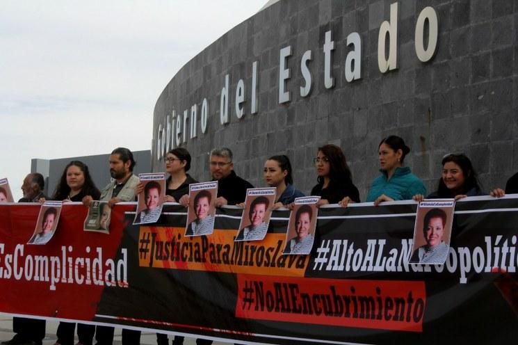 Narcomantas atribuyen a la banda Los Salazar la muerte de la corresponsal de La Jornada, Miroslava Breach, y la violencia en el sur de Sonora