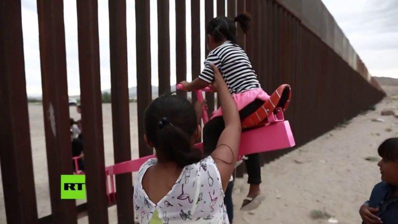 """Video: Profesor instala 3 """"sube y baja"""" binacionales en el muro fronterizo para unir familias"""