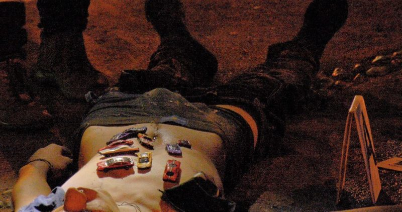 """Video: Los matan y les pegan """"carritos"""" al cuerpo, en Culiacán. Ya van 5. ¿Quién es, y cuál es el mensaje?"""