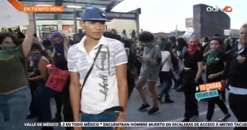 Video: Un hombre golpea a reportero en la protesta de mujeres en CdMx y lo deja inconsciente