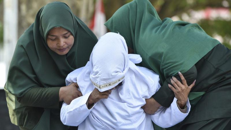 Videos: Azotan en público a una pareja por tener relaciones sexuales premaritales en Indonesia