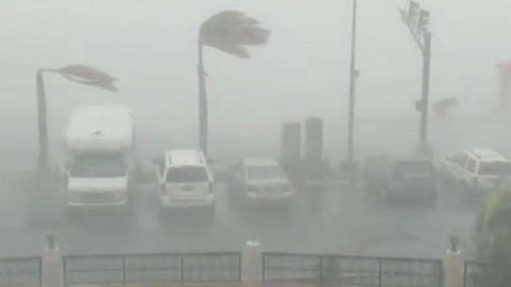 """Videos: El huracán Dorian va a EU y se convierte en """"extremadamente peligroso"""".  """"Podría ser un monstruo"""": Trump"""