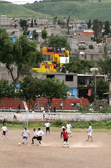 RESEÑA | ¿Cómo jugar el partido de futbol del que depende tu libertad? El escritor Juan Villoro lo explica