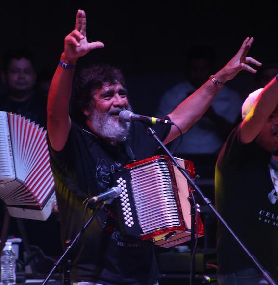 """Celso Piña, el """"Rey del Acordeón"""", fallece en Monterrey a los 66 años luego de sufrir un infarto"""