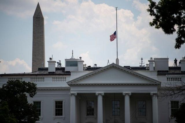 Ordena Trump banderas a media asta por víctimas de tiroteos