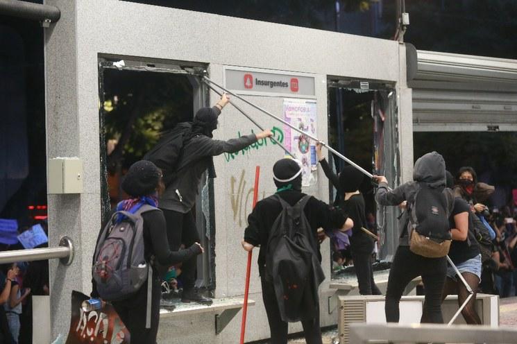 Policía capitalina no está rebasada, evitó escalada de violencia en la marcha femenil, hubo saldo blanco y se investiga a  a causantes de daños: Orta