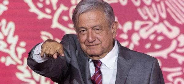 """Videos: La Mañanera de AMLO: El pueblo feliz; """"No voy a pelearme con el Banco de México""""; abogados de conservadores y Claudio X González frenan la construcción del aeropuerto de Santa Lucía, acusa"""