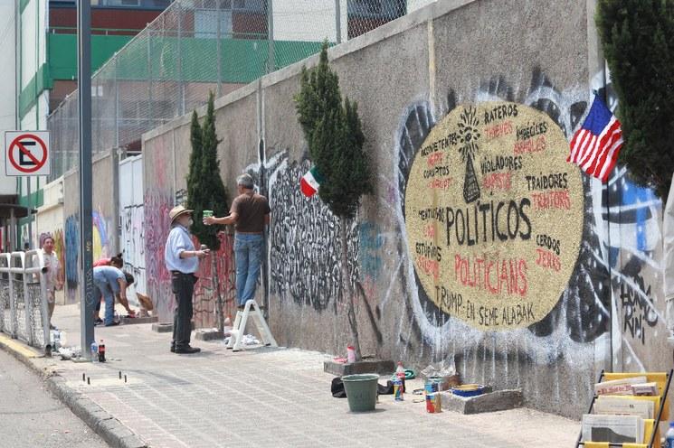 """Protestan artistas plásticos contra Trump y sus """"políticas de odio"""" con mural en la  Ciudad de México"""