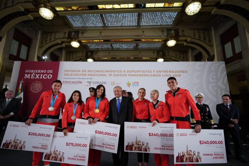 """Video: AMLO premia en Palacio Nacional a los deportistas que participaron en los Juegos Panamericanos; """" No queremos colgarnos ninguna medalla"""", expresó"""