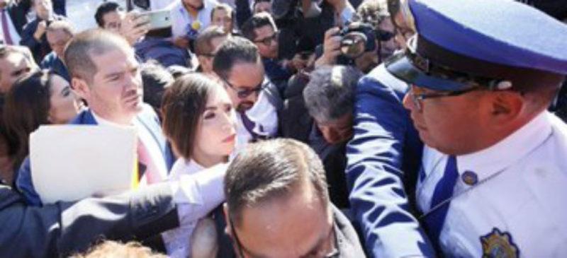 """Con gritos de """"corrupta"""" reciben a Rosario Robles en audiencia ante juez"""