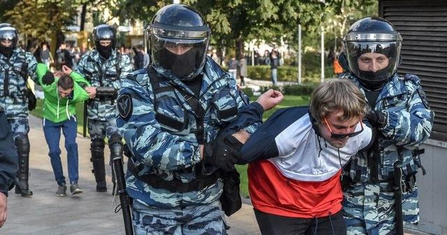 Detienen a 136 opositores en multitudinaria protesta en Moscú