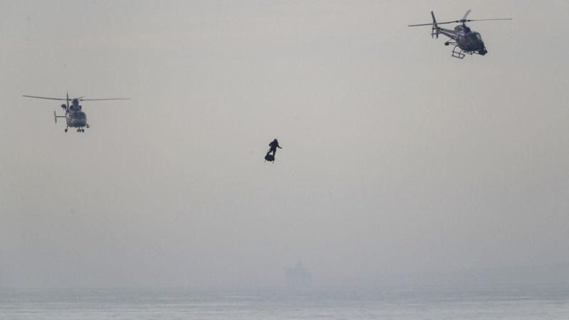 Videos: El 'soldado volador' francés logra cruzar el canal de la Mancha en 20 minutos