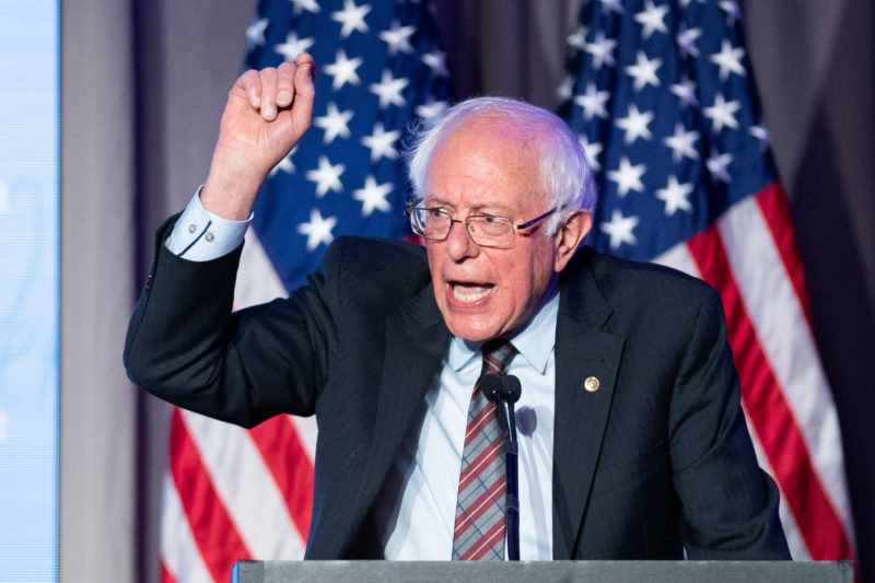 Bernie Sanders llama a una revolución en educación pública que incluya inversiones masivas en estudiantes, maestros y escuelas. Presenta iniciativa para lograrla