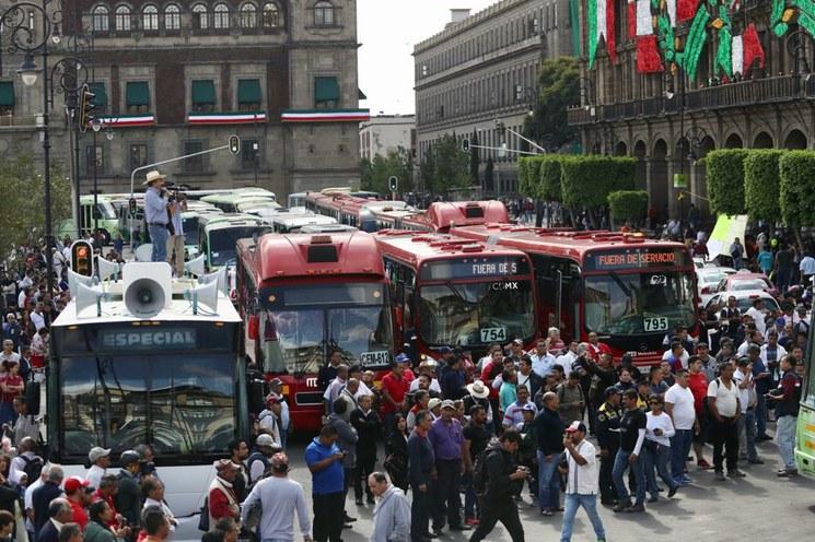 Caos vial en la Ciudad de México por transportistas que llegan en 423 autobobuses para exigir alza de tarifas