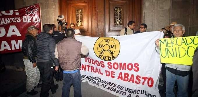 Videos: Manifestantes bloquean acceso al Palacio Nacional; AMLO dice que serán atendidos pero reprueba esas maneras y les pone tache