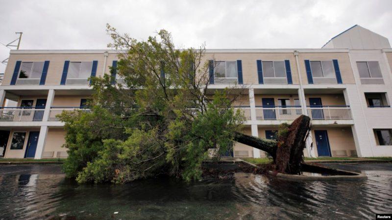Un debilitado huracán Dorian toca tierra en EE.UU