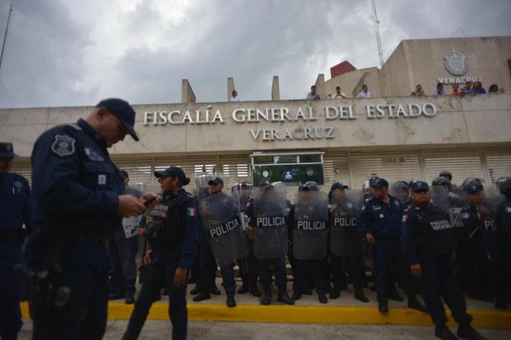 La Comisión Permanente de Veracruz separa del cargo de fiscal estatal a Jorge Winckler Ortiz, porque no inspira confianza; sin embargo, dice que él sigue en el cargo