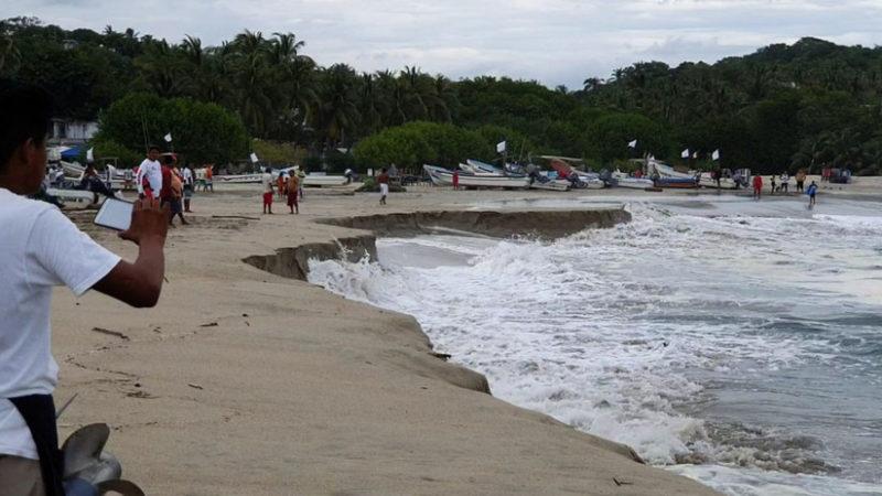 Se 'hunde' la playa de Puerto Escondido, Oaxaca, debido a un extraño fenómeno