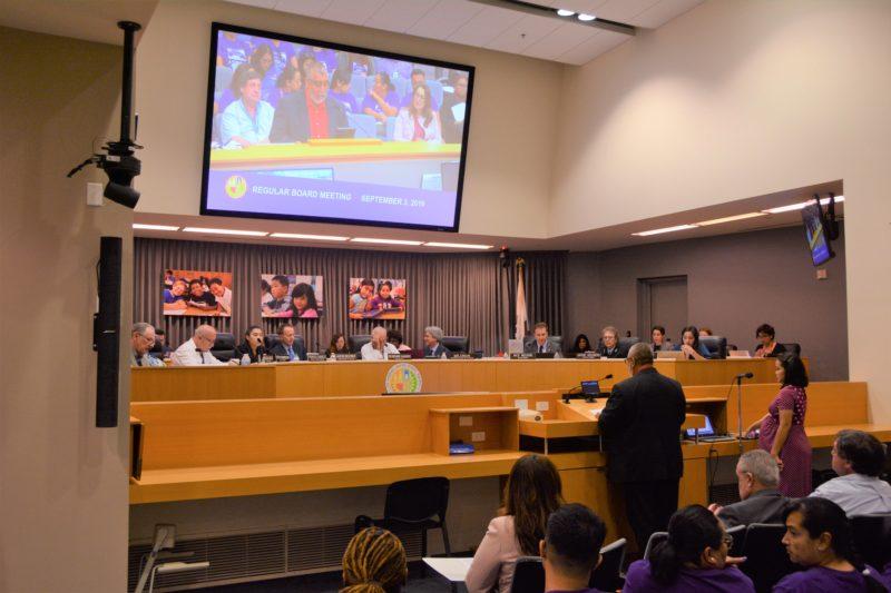 """Videos: UTLA entrega a LAUSD el estudio sobre discriminación de las chárter a niños discapacitados """"para que atiendan el problema y pongan un hasta aquí"""""""