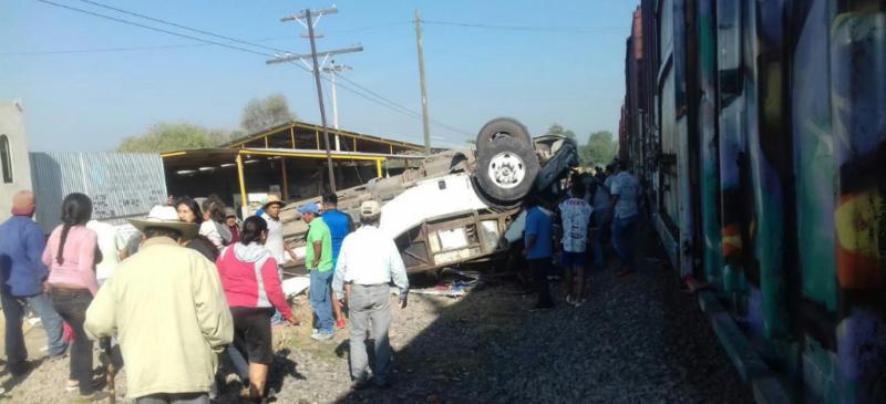 Chofer de autobús con pasajeros trata de ganarle el paso a un tren en Querétaro; mueren 9