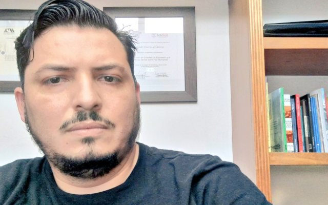 """Gildo Garza, comunicador que pidió exámenes psiquiátricos y de orina a AMLO, ligado al PRI, coquetea con panistas y acusado de """"chayotero"""""""
