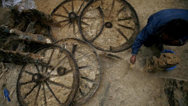 Hallan un carruaje romano de 1.800 años de antigüedad con restos fósiles de dos caballos
