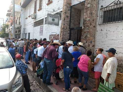 Comandos armados irrumpen en asambleas de Morena en nueve distritos de Jalisco; 4 heridos