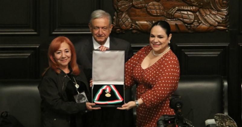 """Video: Rosario Ibarra deja la medalla Belisario Domínguez a AMLO y pide se la regrese """"cuando haya respuestas"""" sobre sus hijos"""