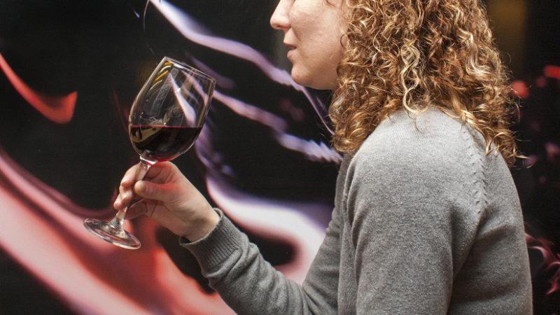 Video: Siente extraño sabor en su copa de vino y resulta ser el síntoma de una afección mortal
