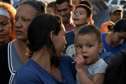 Juez bloquea requerimiento de Trump para exigir seguro de salud a migrantes