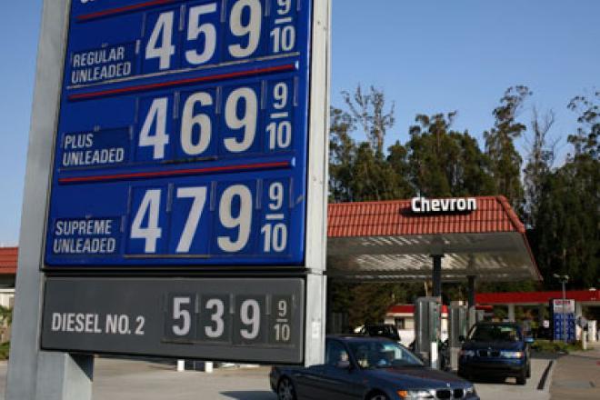Precios de la gasolina bajarán hasta 30 centavos por galón durante este Thanksgiving