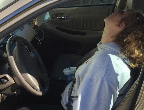 Se volvió viral su foto casi muerta al volante por sobredosis y ahora muestra cómo luce 3 años después, tras superar la adicción