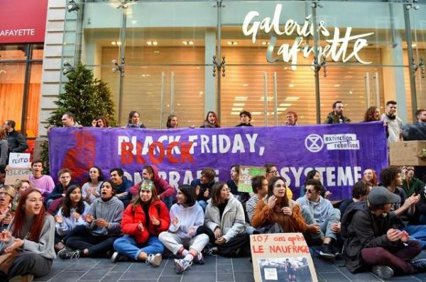 Locura por 'Black Friday' se hace global; surgen protestas