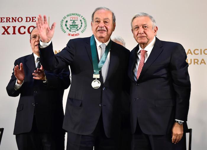 """Ante AMLO, Slim dice que México necesita una """"sacudida, una transformación"""" para crecer como se lo merece"""