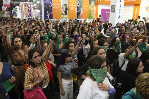 """Dialogan sobre """"Feminismo para Centennials"""" en la FIL de Guadalajara"""