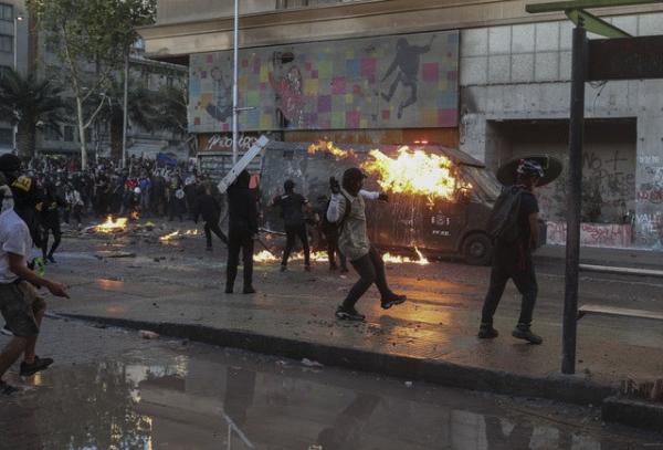 """Chile: 45 días de crisis con manifestantes deseando """"cumpleaños infeliz"""" al presidente Piñera"""