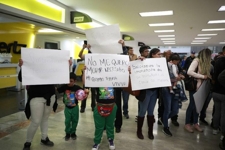 Entrega Hacienda a Hospital Infantil fármaco para tratar leucemia; hubo manifestaciones para exigirlo