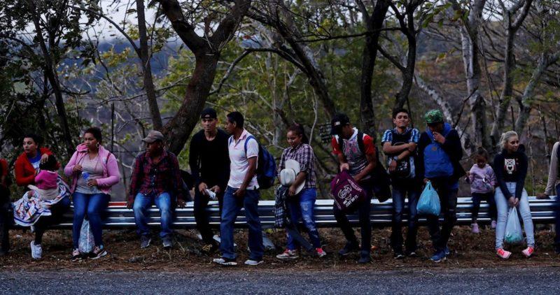 """El Presidente mexicano ofrece """"más de 4,000 empleos"""" a migrantes que viajan a EU en una nueva caravana"""