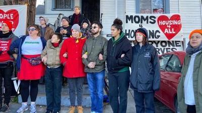 Activistas forma valla humana para proteger a madres de familia que enfrentan desalojo en Oakland