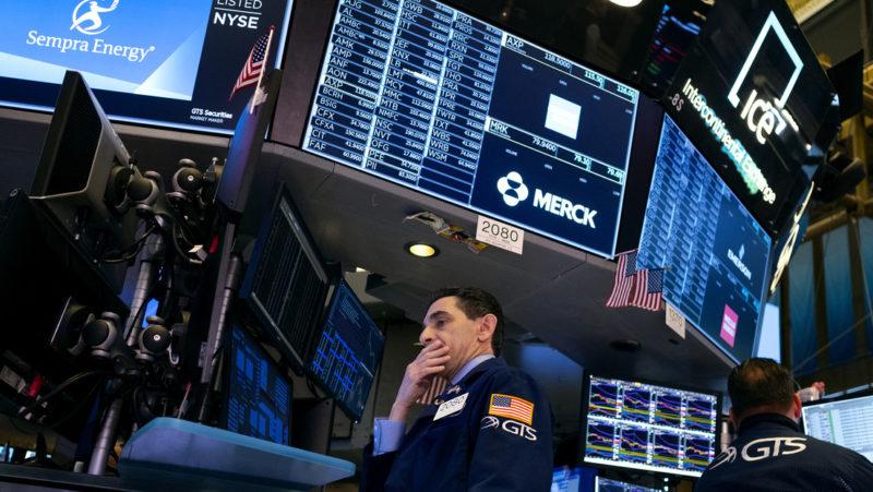 Video: Otros 1.200 puntos menos: el Dow Jones pierde un máximo histórico de puntos en un día ante el temor por el coronavirus