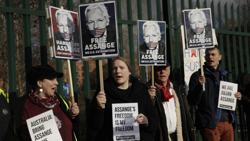 Video: Denuncian que Assange fue esposado 11 veces, desnudado y llevado a 5 celdas diferentes el primer día del juicio de extradición