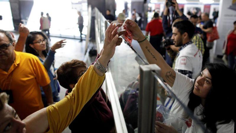 Por San Valentín, regalan miles de condones en el Metro de la Ciudad de México. El mensaje: sexo seguro