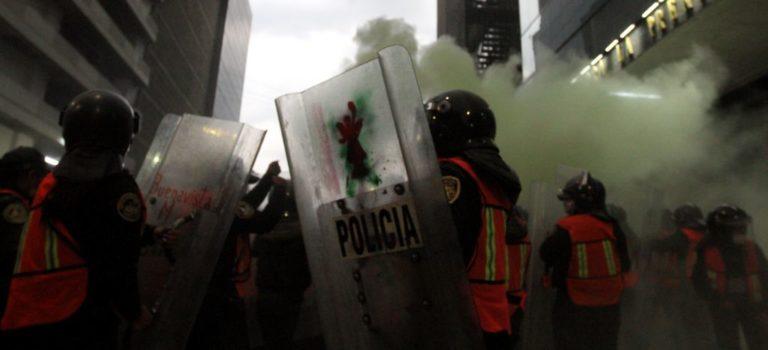 Chocan feministas y policías; incendiaron camiones del periódico La Prensa por habler publicado fotos de Ingrid